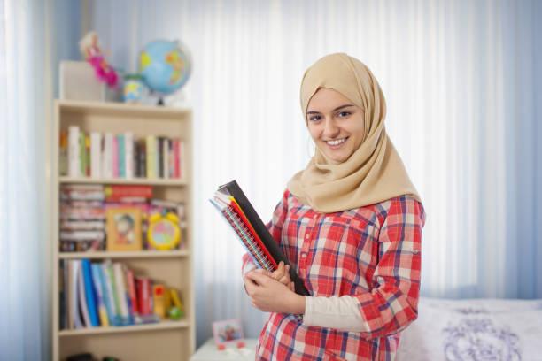 Adolescent étudiants musulmane fille debout à la maison - Photo