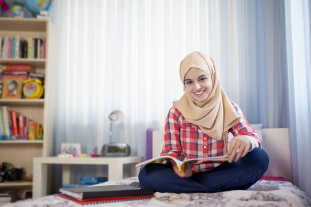 Teenager muslimische Studentin Studium zu Hause – Foto