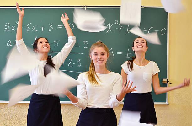 adolescenti studenti in una classe di matematica - esame maturità foto e immagini stock