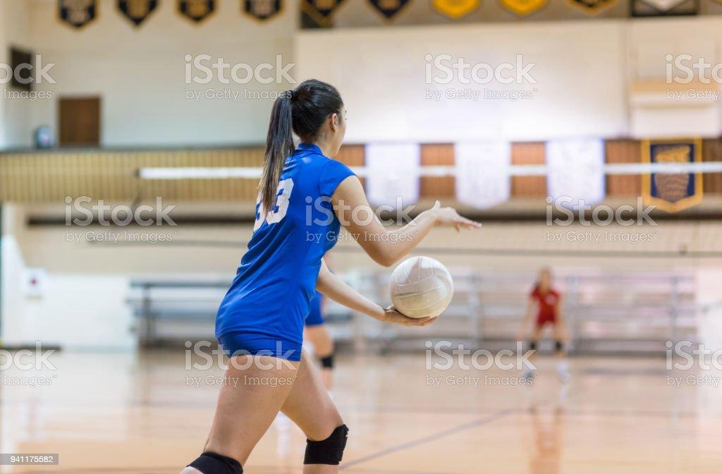 Teenager Volleyballspieler bereitet zu dienen... – Foto