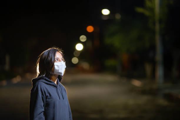 mujer adolescente con mascarilla facial durante la contingencia covid-19 - gerardo huitrón fotografías e imágenes de stock