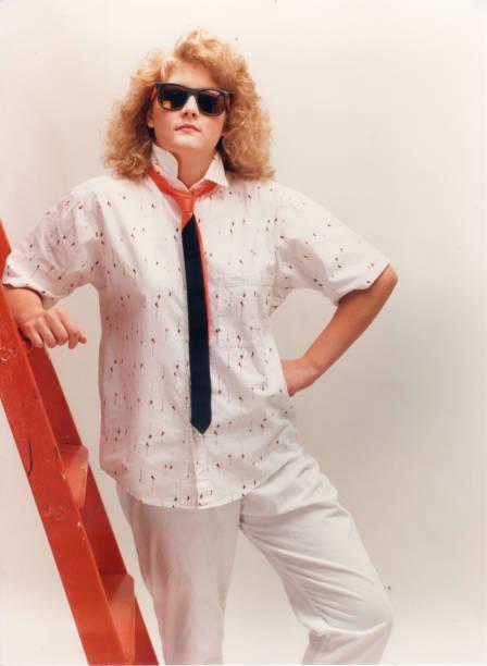 junges mädchen mit sonnenbrille - 80er outfit stock-fotos und bilder