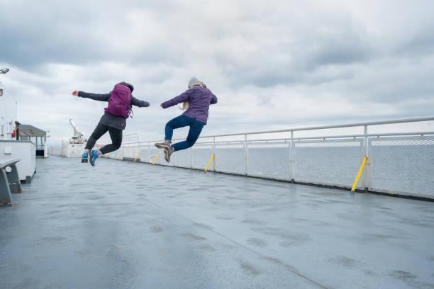 10 代姉妹フェリー デッキ、カナダで一斉にジャンプ - エキセントリック ストックフォトと画像