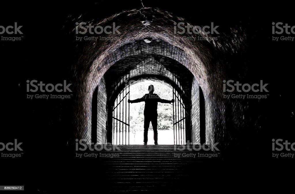 Adolescente à la fin d'un tunnel sombre - Photo