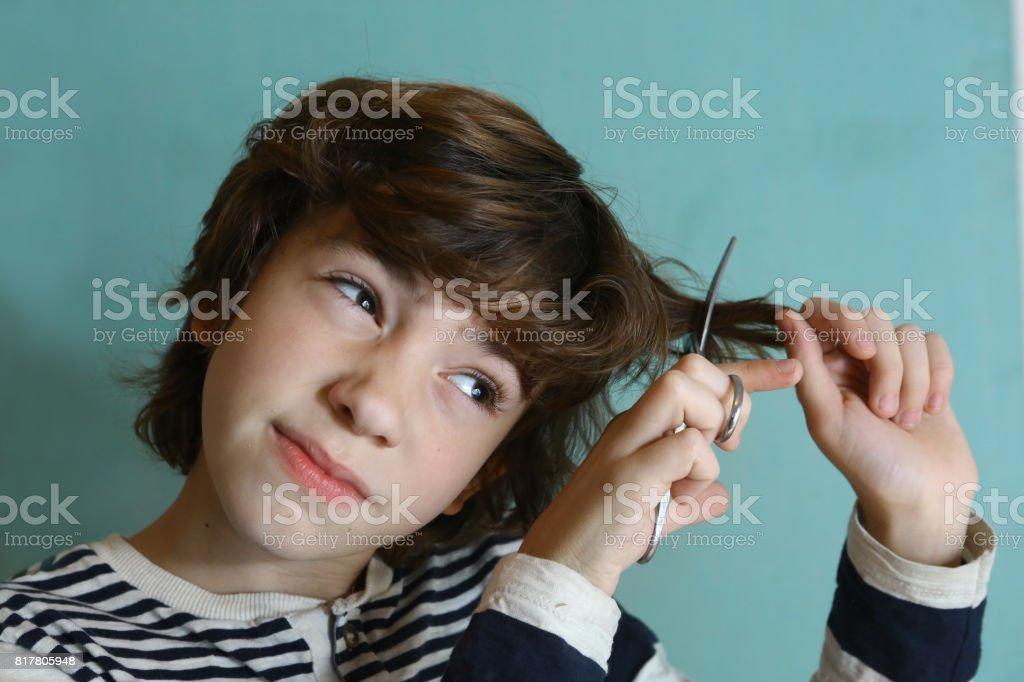 Junge Teenager Schneiden Seine Haare Mit Einer Schere Stockfoto Und
