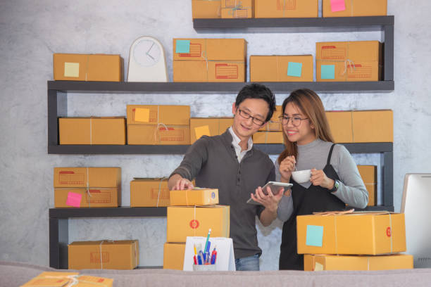 teenager geschäft inhaber arbeit zu hause ankreuzen vom auftrag zur lieferung - geld schön verpacken stock-fotos und bilder
