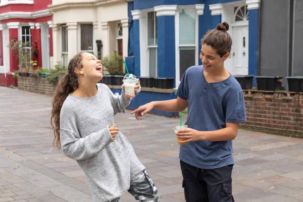 Teenager-Paar mit Schütteln in der Hand – Foto