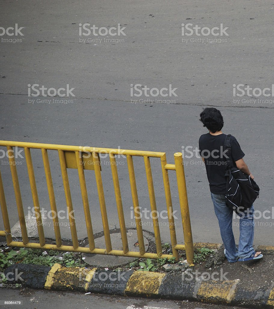 Adolescent traverser la route 1 photo libre de droits