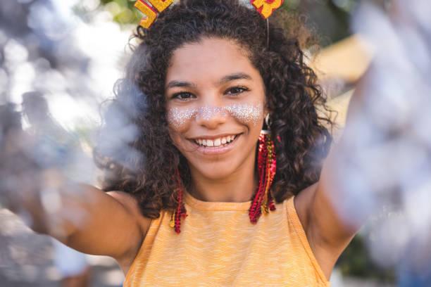 menina adolescente dançando - sorriso carnaval - fotografias e filmes do acervo