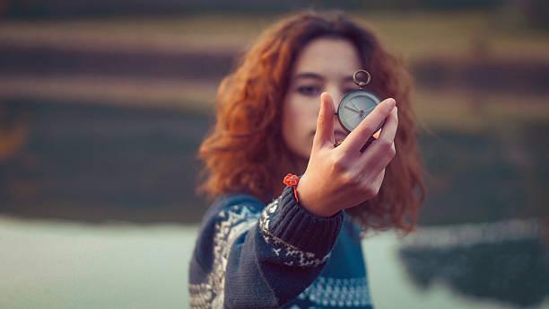 Teenager-Mädchen hält eine alte Kompass in der hand – Foto