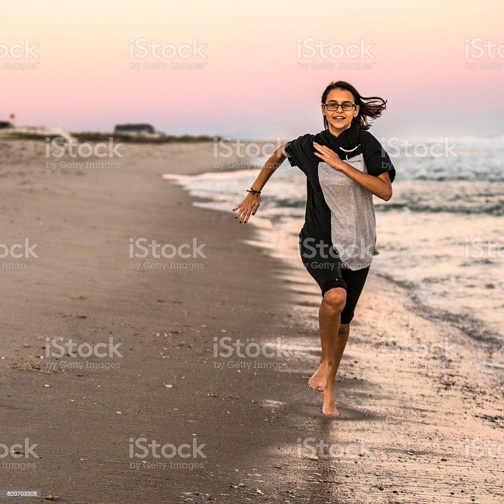 teenager girl running on hampton beach long island usa 14歳から15