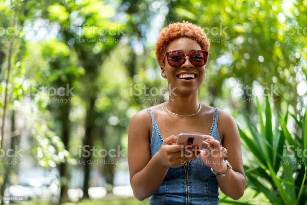 Chica adolescente con móvil - foto de stock