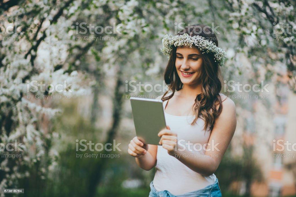 Tablet kullanan genç kız royalty-free stock photo