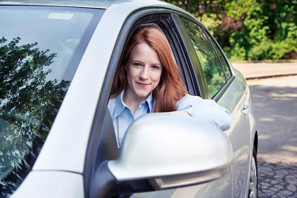 teenager mädchen mit dem auto - vorschulgeburtstag stock-fotos und bilder
