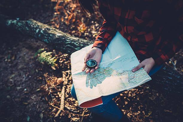 Teenager-Mädchen mit Kompass Lesen der Karte im Wald – Foto