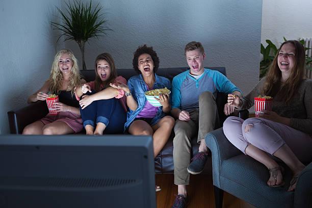 adolescente grupo de amigos, assistir filme humorous, programa de tv juntos - tv e familia e ecrã imagens e fotografias de stock