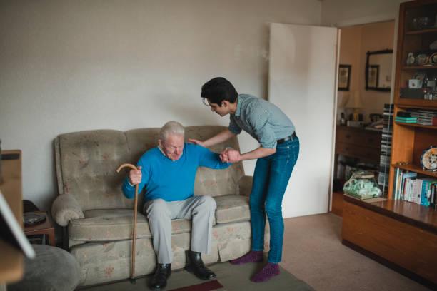 teenager hilft seinem großvater zu hause - 70 jahre kleidung stock-fotos und bilder