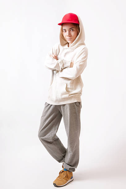 teenager in eine rote kappe und sportswear - sweatpants stock-fotos und bilder
