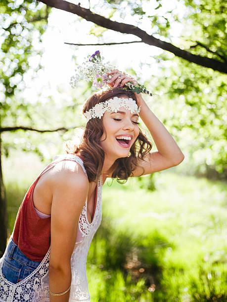 teenager lachen im bohème-stil begeistert mit einem sommer-park - hippie stirnbänder stock-fotos und bilder