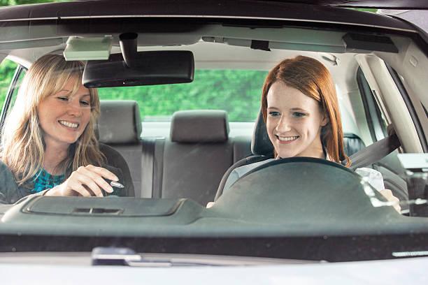 teenager in der auto mit fahren instructor - vorschulgeburtstag stock-fotos und bilder