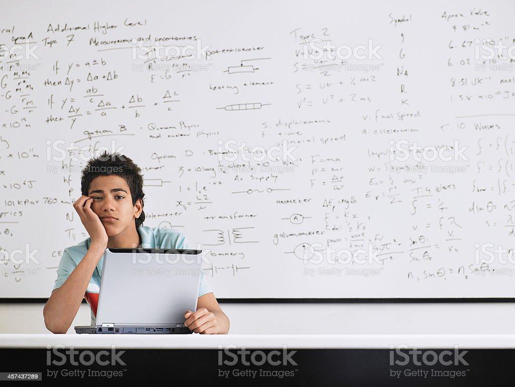 Adolescente en las matemáticas clase - Foto de stock de 14-15 años libre de derechos