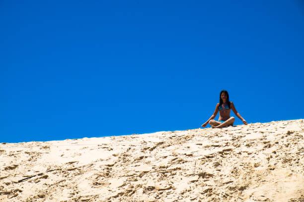 Adolescente nas dunas - foto de acervo