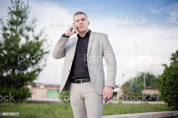 Подросток В Костюме Разговаривает По Мобильному Телефону — стоковые фотографии и другие картинки 18-19 лет
