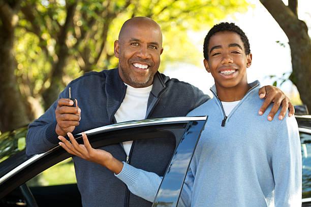 teenager lernen, drive - autos für fahranfänger stock-fotos und bilder