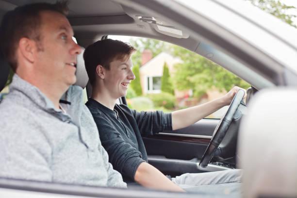 teenager lernen zu fahren - autos für fahranfänger stock-fotos und bilder