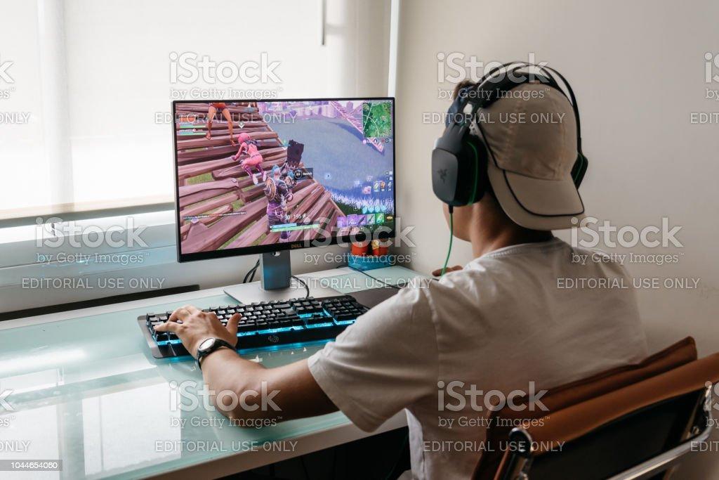 Adolescente juego Fortnite video en PC - Foto de stock de Adicción libre de derechos