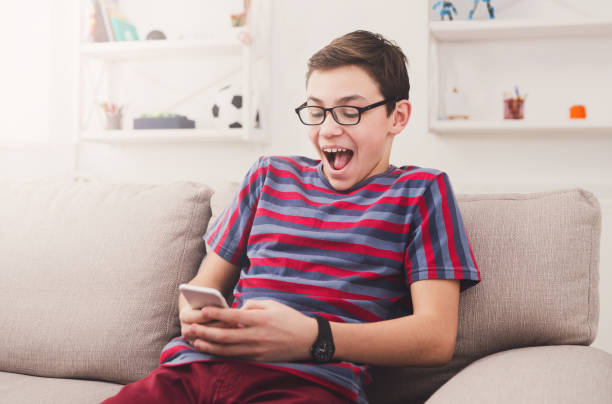 teenager spielen auf smartphone - die besten apps stock-fotos und bilder