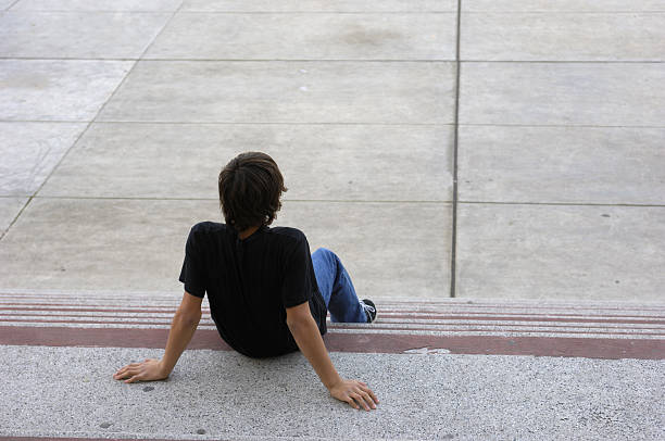 dorosłych siedzi w szkole kroki - back to school zdjęcia i obrazy z banku zdjęć