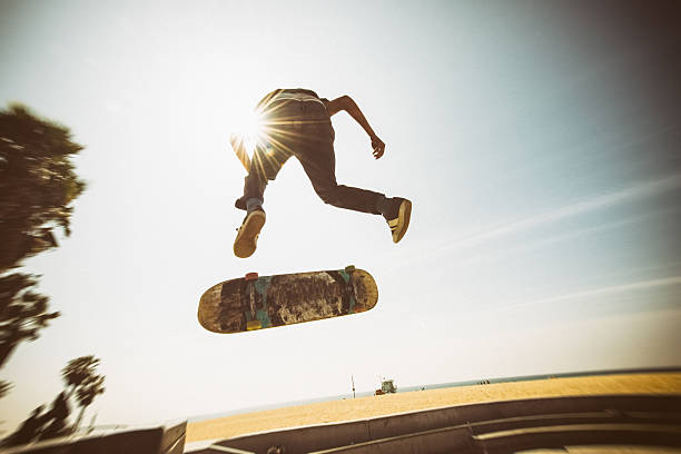 teenager skateboarding venice beach-skatepark in los angeles - skateboardfahren stock-fotos und bilder