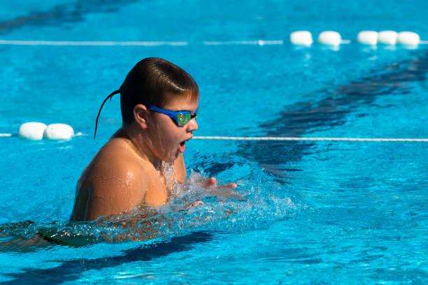 Teenager schwimmt Brustschwimmen im Schwimmbad – Foto