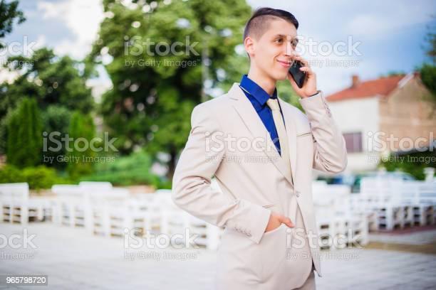 Teenager Talking On Mobile Phone - Fotografias de stock e mais imagens de 18-19 Anos