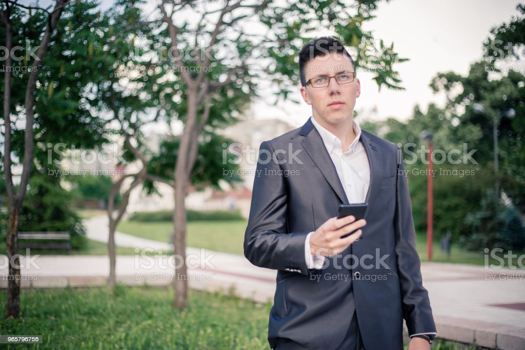 tiener met behulp van de mobiele telefoon. - Royalty-free 18-19 jaar Stockfoto