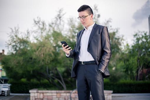 Tiener Met Behulp Van De Mobiele Telefoon Stockfoto en meer beelden van 18-19 jaar