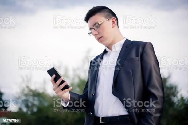 Teenager Using Mobile Phone - Fotografias de stock e mais imagens de 18-19 Anos