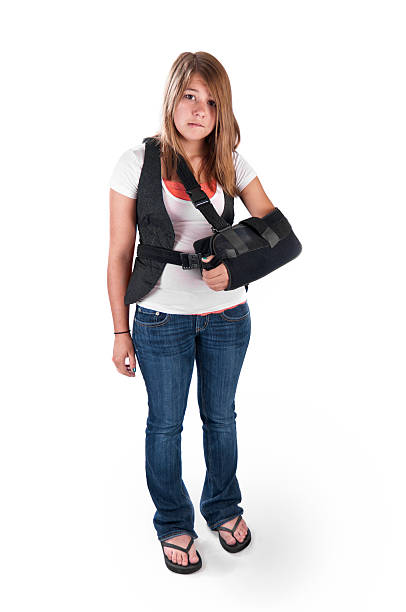 teenager mit armschlinge - flip flops reparieren stock-fotos und bilder