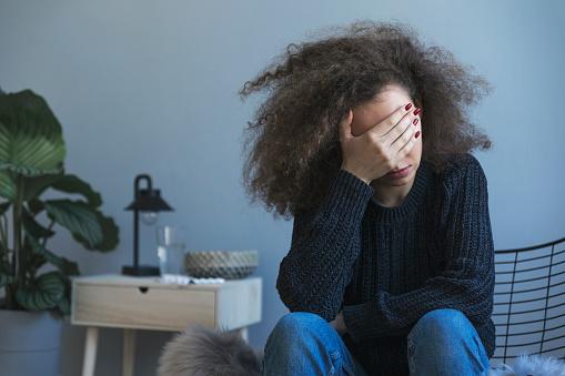 방에 혼자 앉아 우울증의 십 대 슬픔 Nostlagic 우울증입니다 젊은 사람들의 문제입니다 고독-부정적인 감정 표현에 대한 스톡 사진 및 기타 이미지