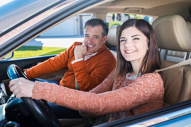 teenager mit vater lernen, drive - autos für fahranfänger stock-fotos und bilder