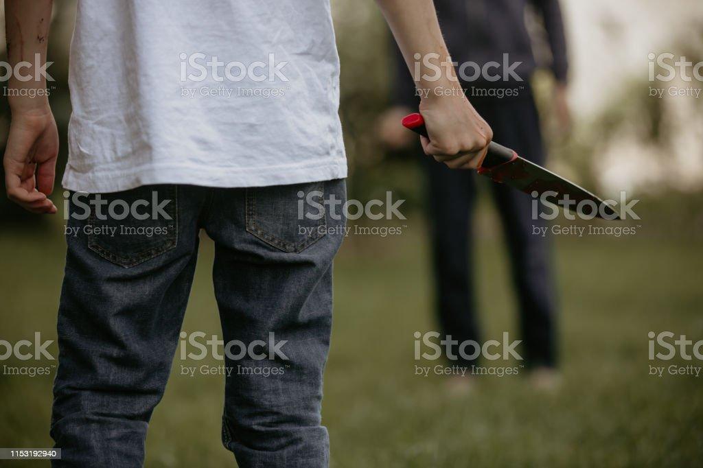 Adolescente con cuchillo, preparado para un crimen - Foto de stock de Aburrimiento libre de derechos