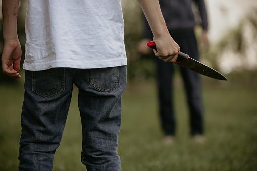 Adolescente Con Cuchillo Preparado Para Un Crimen Foto de stock y más banco de imágenes de Aburrimiento