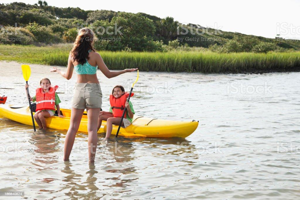 Adolescent avec petites filles assis sur un kayak - Photo
