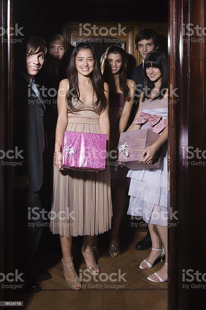 Jugendliche, die auf der party – Foto