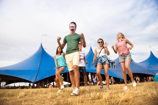 jugendliche beim sommerfest musik tanzen vor zelt - tanz camp stock-fotos und bilder