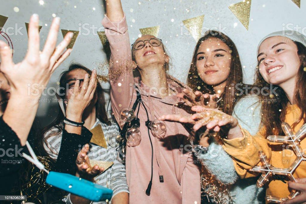 Jugendliche feiern Silvester – Foto