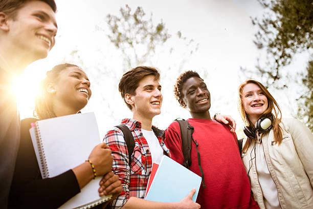 adolescenti college studente sorridente abbracciare una persona - compagni scuola foto e immagini stock