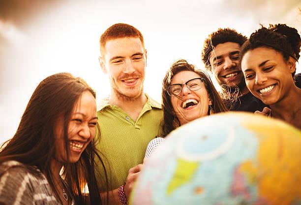 student lächelnd teenager mit welt - kartographie stock-fotos und bilder