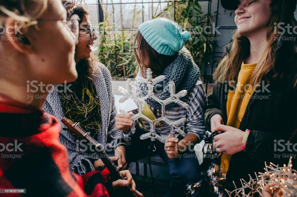 Jugendliche, die Dekoration für Weihnachten – Foto